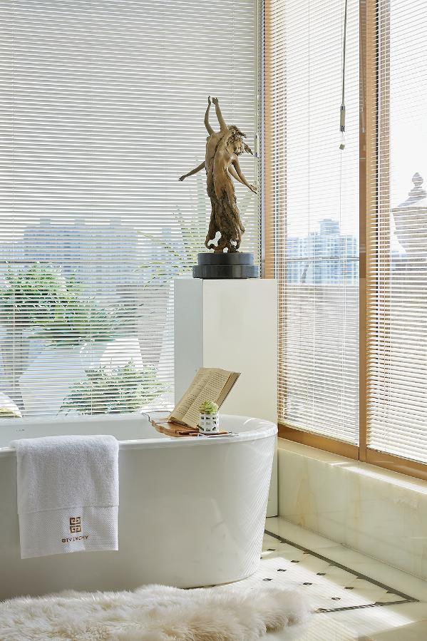 主卧卫生间具有国际感又融合了海派风格。沐浴区的设计打破了原始格局,设计师采用大片的落地窗形式将阳光与美景引入室内,让心灵得到自然的洗礼。