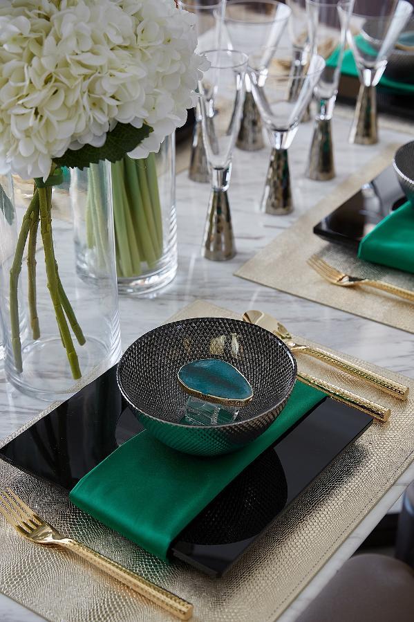 餐厅     现代几何造型的圆形金色吊灯搭配色彩如祖母绿般耀眼的餐具配饰,让这个餐厅空间闪耀着国际都会奢华摩登的醉人魔力。