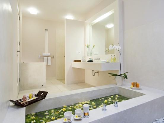 卫生间的色彩以浅灰色的瓷砖、白色的浴缸、奶白色的洗脸台,配上淡黄色的墙面。卫生间大胆使用黑白色超级大素,显得分明、简洁明净,以绿色植物作点缀,可平添不少生气。