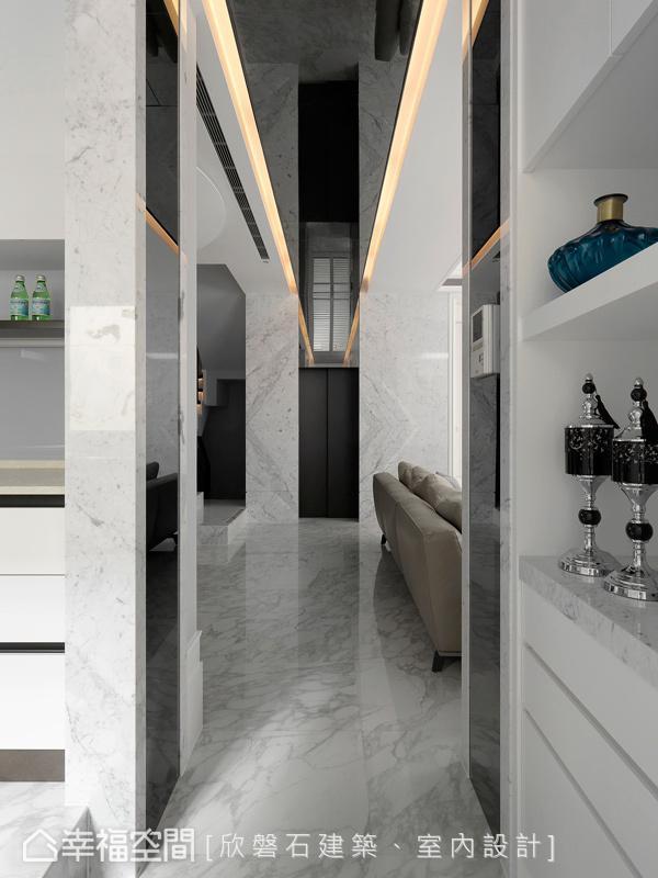 为演绎屋主对于美学的企盼,罗仕哲设计师于长廊道及电梯间,透过灯带与镜面的铺设,拉长空间景深与视觉上的引导。