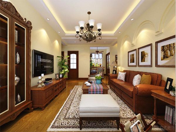 客厅通铺木地板,吊顶为回字形发光灯池的造型,电视背景墙没有采用繁重的造型,而是摆放了简单的美式高低组合柜,既简单又美观。