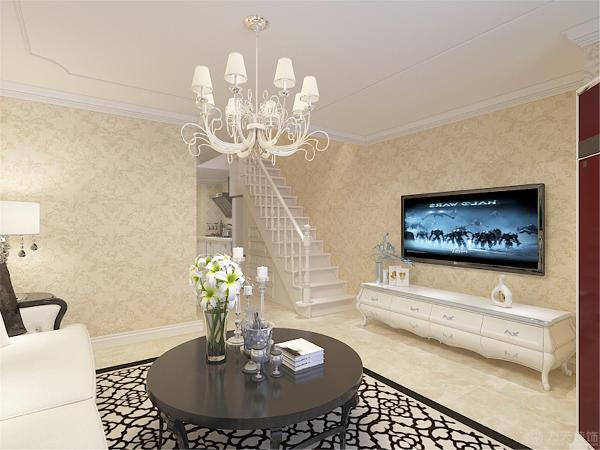 客厅部分的顶面就体现的欧式的特点,用了欧式造型的石膏线作为装饰。沙发背景强面同样做了欧式的造型线,整体空间都是采用了欧式的浅黄色壁纸显得空间更加雅致。