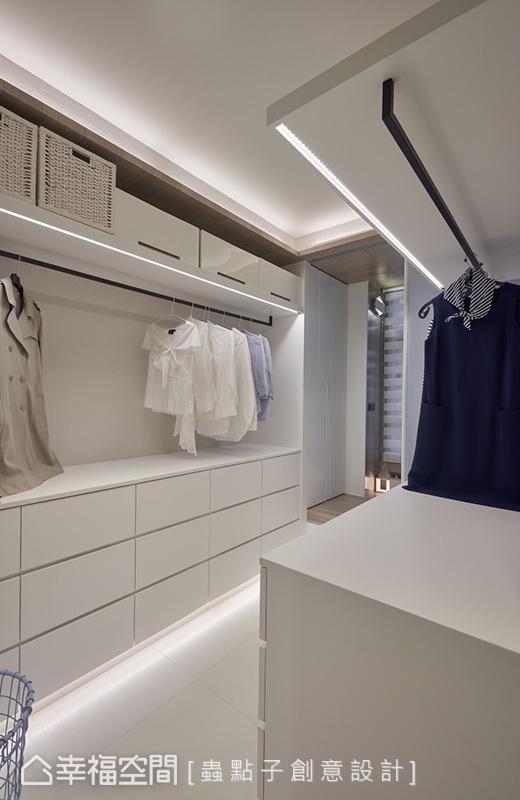 衣柜下方设置线性灯带,结合开放格局与卧榻区串联,让设计手法相呼应。