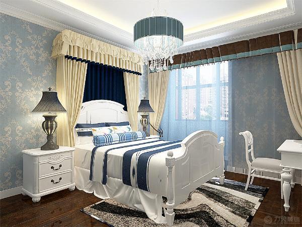 采用回字形吊顶,加灯带、筒灯装饰中间是水晶吊灯。墙面地蓝色花纹壁纸,略显清新。蓝白相间的床将清新之感进行到底。地面铺贴的木地板,不仅实用脚感又好。