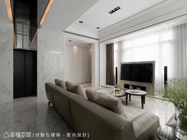 从玄关转进公共场域,罗仕哲设计师调整电视墙位置,并保留对外的迎光面,让屋主与宾客在移步之间即见开阔之豪邸意象。
