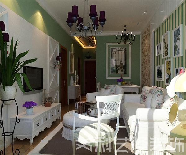 本案采用了绿色墙面和碎花布纹家具,烘托出空间的品位和温馨的氛围。沙发背景墙做了拉缝处理,做旧的白色融于整体环境中,充满了宁静安详的乡村气息。