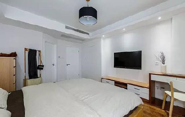 ▲卧室 卧室的风格依然以简单舒适为主,室内光线以吸顶吊灯和射灯为主,纯白的背景墙  与原木色的地板或周边软装和谐融洽。