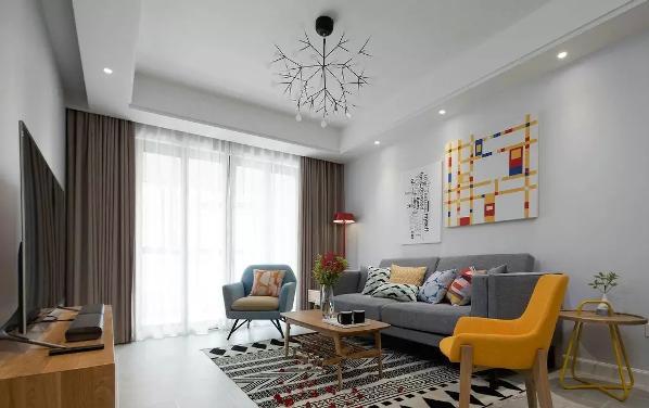 墙面、地面和天花板都统一用了素洁的白色,为了避免让空间过于单调,设计  师插入了跳跃性色彩的装饰画和家具,客厅瞬间就明亮起来了。