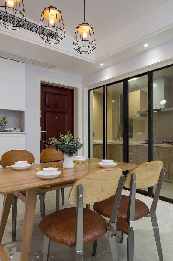 餐厅旁边的移动门相隔的是厨房区域,厨房以木纹橱柜和白色台面搭配,与餐  厅的木质桌椅呼应,风格统一。