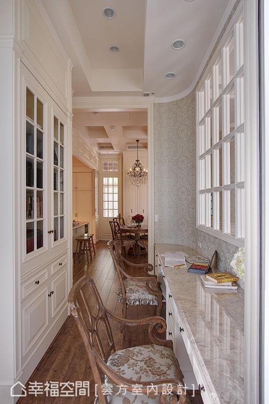 盈满日光的工作书房,成为串联客厅与餐厨区的介质,让屋主夫妻在此阅读或作业时,也能同时得知小朋友们的活动状况。