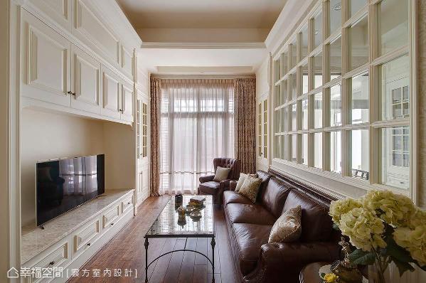 为演绎居者的深层需求,将电视主墙与沙发墙位置对调,并以玻璃窗格的穿透特性,串联客厅与书房的视觉尺度。