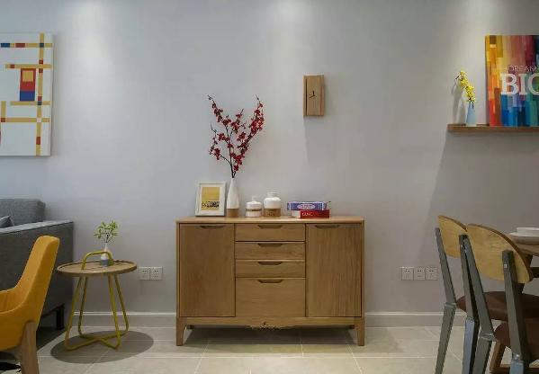 餐边柜也走木质路线,两本书、三个瓷瓶、一枝梅花、一个相框,这就是诗一般的生活啊~看到上面的木质钟表了么?每一个细节都是那么简单,但是又恰到好处。