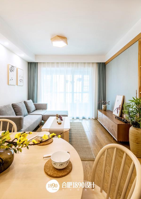 客厅整个空间比较素雅、精致,顶灯、茶几、书柜、电视柜等大多数家具都保留着木质的固有色,最纯朴的色彩表达,让空间显得更加自然。