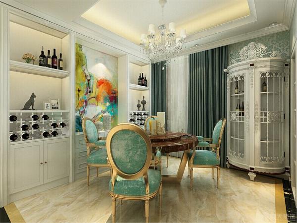 餐厅就在厨房边,对于业主来说是很方便的,避免了很多麻烦。而且客厅与房间上的设计对于空气流通是很好的。入户门左侧就是客厅,是整个的活动区域