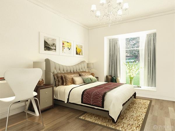 主卧室没有复杂的造型,只是石膏线的圈边,墙面还是白色的,地面选的是浅色的木地板。虽然房间设计的比较简单,但是看上去比较大方