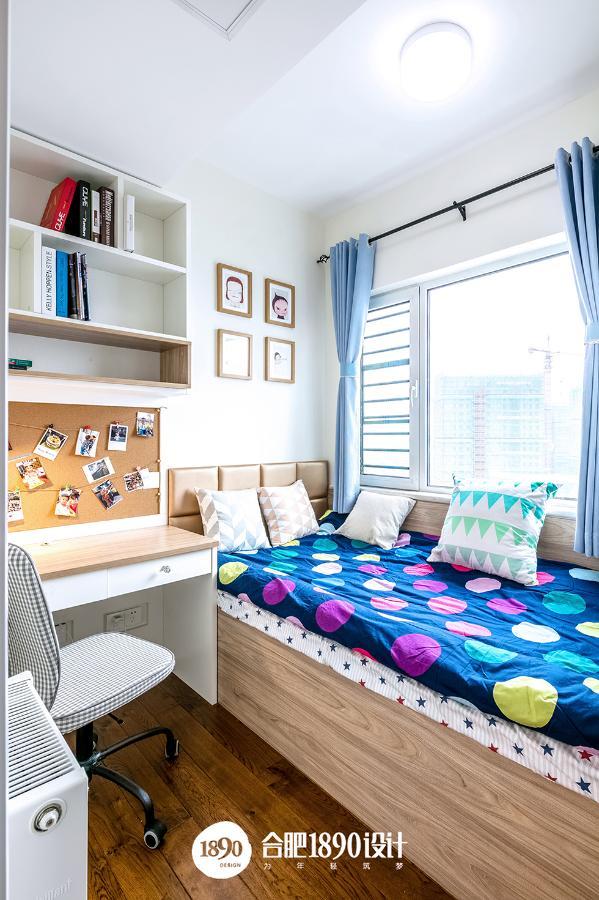 属于小孩的童真的天地,榻榻米的色彩斑斓活力,配上天蓝色的窗帘和简约的书桌,给孩子创造了休息与学习的区域。