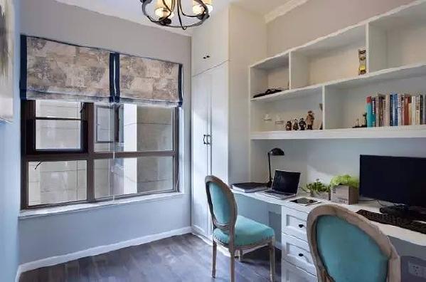 客厅旁边那一扇玻璃推拉门内就是书房。专门设计了可以容纳两个人的书桌,一起学习,一起游戏,听听音乐,聊聊生活,幸福就是包含在这些生活的细节中。