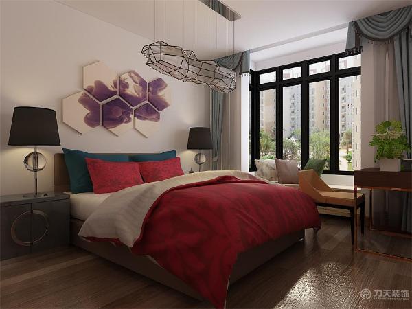卧室入户门设计为隐形门,黑红相间的茶几可才分为四个椅子,主卧设有梳妆台与办公台与一体的桌子,宽敞明亮
