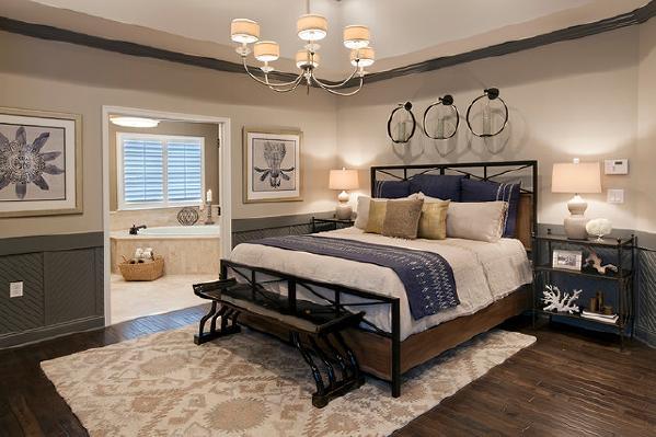 卧室的色调蓝白为主比较明亮清晰,壁画与艺术装饰品形成对比,让空间不会单调