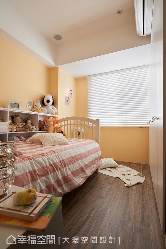 女孩房特别规划了玩具收纳柜,让玩偶整齐的收藏在床边,为了呈现小女孩最爱的公主风,在衣柜使用水晶把手及摆放水晶灯营造童话的气氛。