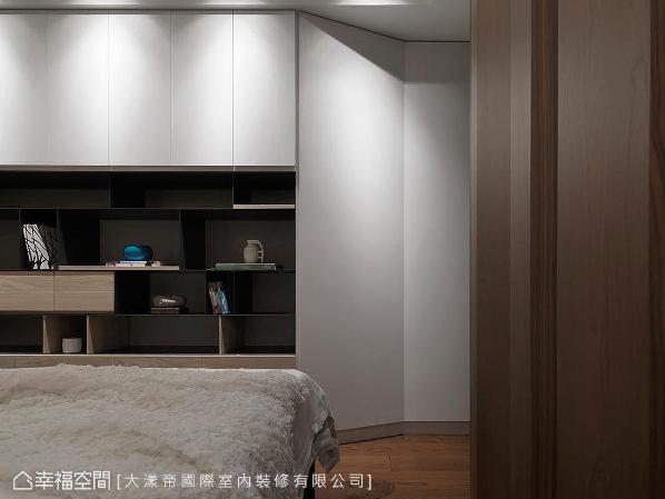 明亮与收纳兼具的主卧房,为了让屋主有安稳的睡眠质量,舍弃电视,将此处设计成开放展示柜,而斜角的收纳柜设计,也让收纳空间大幅增加。