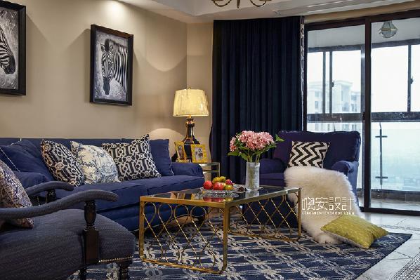 湛蓝的天、洁白的云、浅黄色的沙,客厅的设计让我们仿佛来到了一片碧海蓝天。