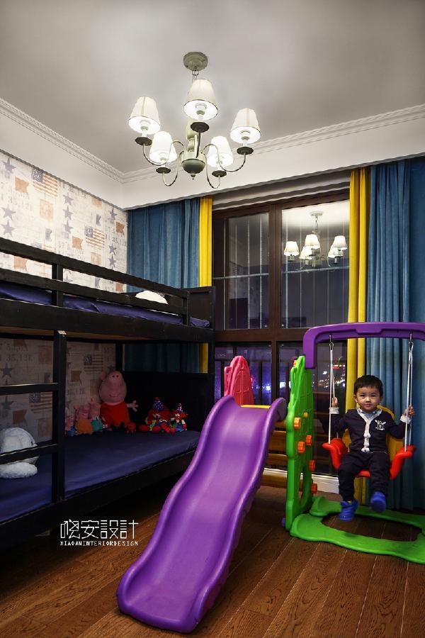 孩子房间的设计五颜六色,天蓝色搭配黄色的窗帘显现出小孩子的清新活力。