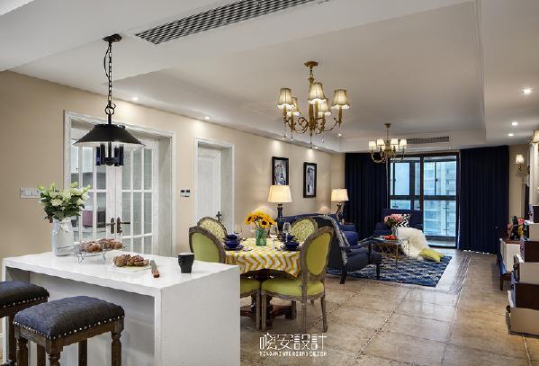 餐厅和客厅都设置在同一个空间,没有做任何隔断,推门便是满室阳光。