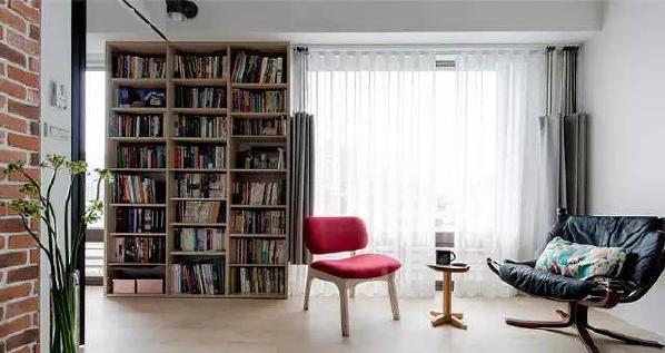 休憩区。以数座大书架衬托这间属于文字工作者的家,也与落地窗交错延伸,既摆放各式各样的书册,亦为收纳物品与展示生活的回忆载体。
