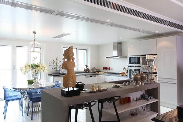 ▲开放式的厨房,阻烟风幕设计解决了油烟外侵客厅空间的问题。空气更加清新与芬芳。整个空间无比开阔,十分动容。