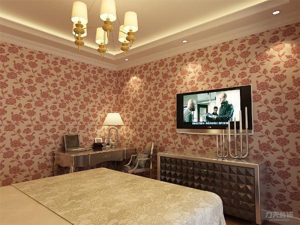 室内采用铝制家具,包括双人床、电视柜和书桌,吊顶采用回字形,下面加上顶角线,显得层次分明。