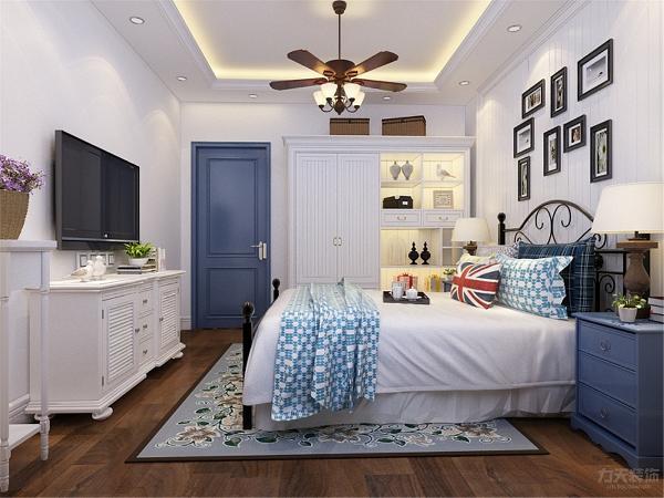 卧室则主要以淡雅的色调为基础,搭配碎花的窗帘以及床上用品,让人可以充分的享受休息的时间。