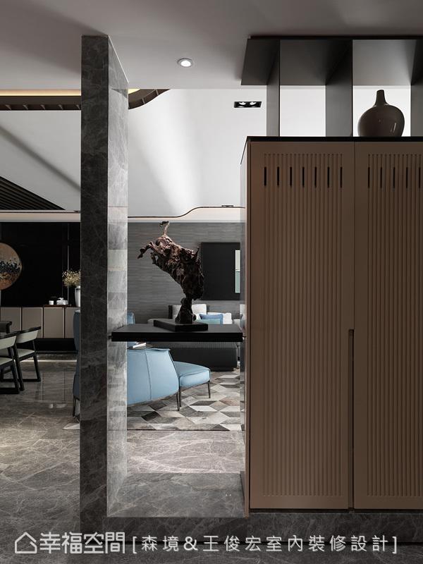 表示层板与柜体成为场域中的屏隔与端景,并以「虚」、「实」对应的表现,将空间比例掌握得恰到好处。