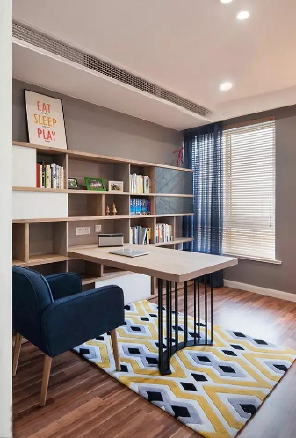 书房中,用灰色作为房子的基调色,木质的书柜,与灰色形成了色彩上的呼应,而彩色的地毯又让整个空间免于沉闷。