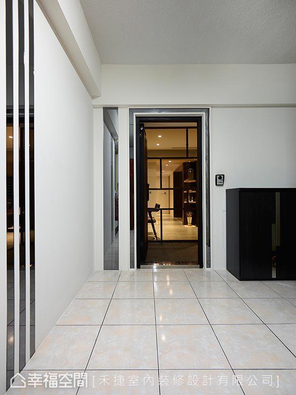 纯白壁面搭配镜面设计,与室内相呼应,禾捷室内装修设计有限公司特意为屋主订制风格一致的鞋柜,使空间完整度提升。