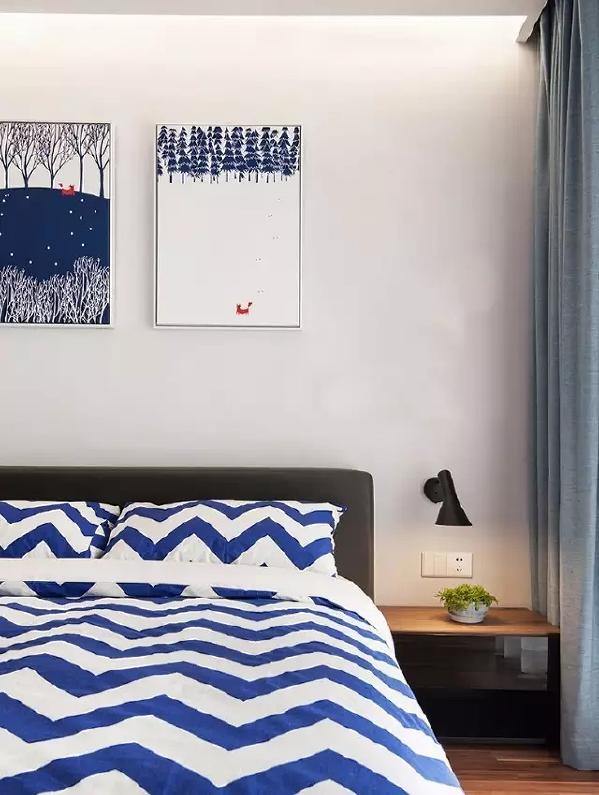 卧室中,设计师在软装布艺上选了灰蓝色,窗帘和床品在色彩上相得益彰,背景画个性有趣味。