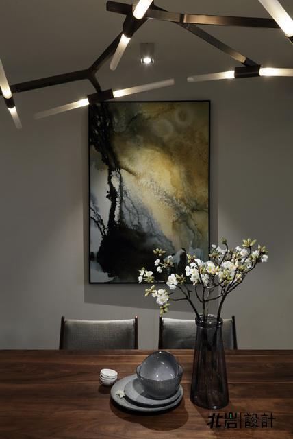 行走于空间之中的一幅画,一个摆件,一盆绿植,几件装饰小品,看似随性的摆设中暗含设计师的精心安排,总能给人予丝丝感动。