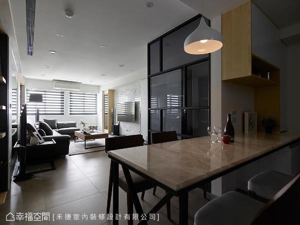 开放式的设计,将客厅自然光引入厨房空间,另外,周涌钧设计师把交换机管线藏于厨房上方空间,善加利用空间,也保持立面干净清爽。