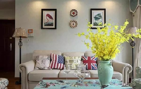 仿古的落地灯、花瓶,素雅的布艺沙发,些许跳跃的红色、绿色挂画、黄色插花、美式抱枕,拿捏的恰到好处,沉稳又不失大气清新。