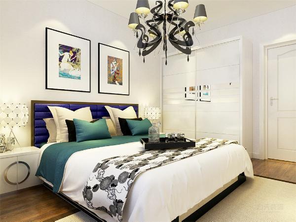 主卧室延续了客厅浅色基调作为设计,与浅色系的床品相呼应,地板使用了木地板作为装饰
