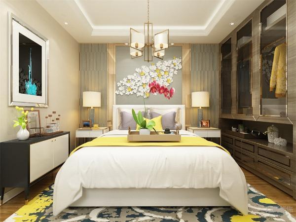 卧整个空间采光一般,所以用黄色布艺搭配金属质的衣柜来增加房间的色调感,加上一些鲜花来点缀使整个卧室变得明亮舒适。