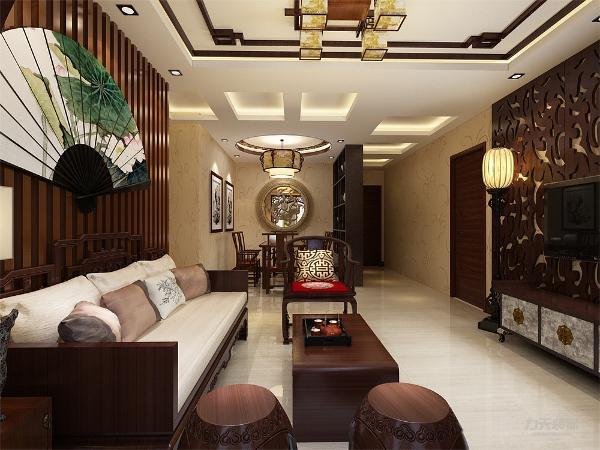 家居布局上讲究方正、对称的布局形式,讲究整体的布局和风水格调高雅,造型朴素优美,色彩浓厚而成熟。中式风格的装饰主要体现在传统的家具,再辅以字画、盆景、陶瓷、古玩等装饰物