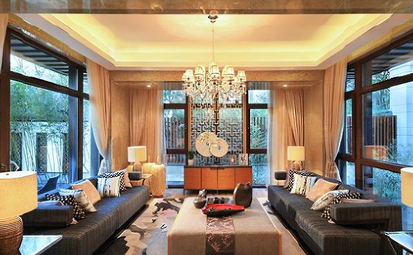 吸取中国传统没血的形神特征,搭配明清家具和中式器物所营造的风格,则是将这种古典的建筑风格进行改良,令其适应现代生活的需求,把繁复的装饰凝练的更加含蓄与精雅以硬而直的线条搭配温婉静雅的软装饰。