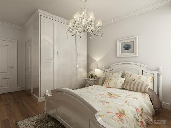 主卧是主人休息的区域,主卧的设计空间合理简洁,白色的床加上碎花的靠枕,奠定了温馨的基调,靠墙安排双人床,为卧室节约了空间,显得更加宽敞。