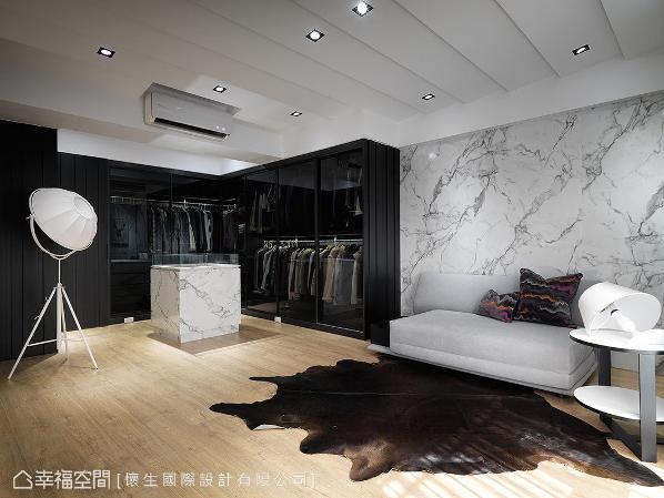 建构为开放式的更衣室与起居室,以精品店的氛围呈现优雅大器,让屋主天天拥有好心情。