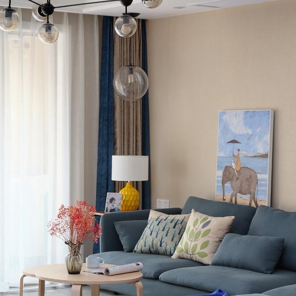 客厅采用整体米灰色系,让整个空间变得更为温馨,蓝色沙发衍生到蓝色元素的地毯和窗帘,给客厅带来清爽休闲的感觉。