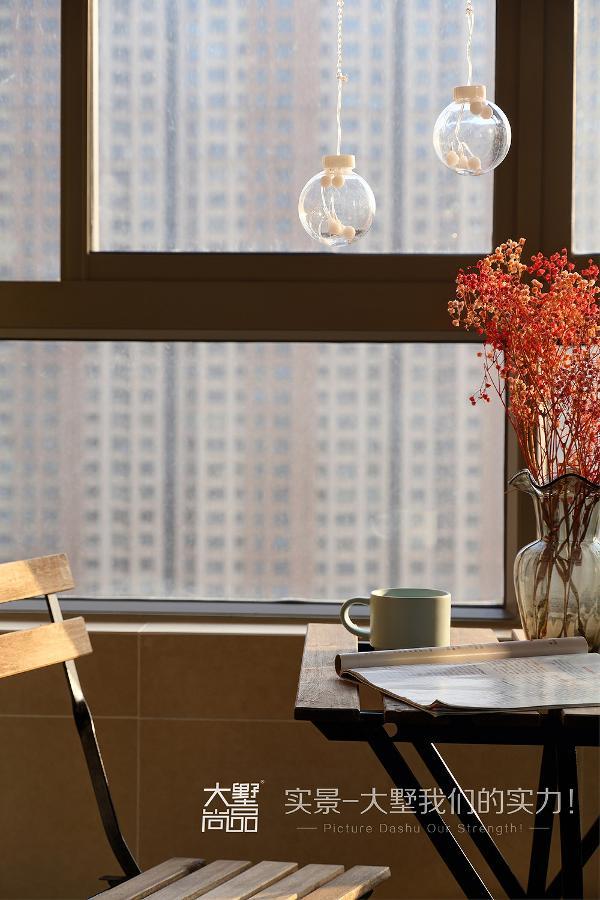 阳台放置了休闲桌椅,下午可以坐在这里,享受难得的都市休闲时光,好不惬意。