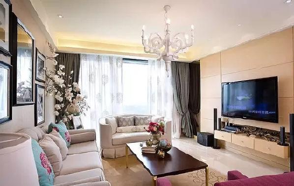 """客厅中,除了米白色作为主色调外,设计师通过沙发、抱枕和花艺的色彩运用,让""""湖蓝""""与""""桃红""""这两种极具冲击力的颜色同时出现,带来强大的视觉张力。"""