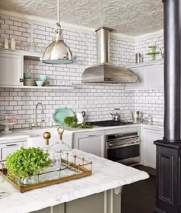 连厨房给人的感觉都能用高贵优雅来形容,天花板上的雕花瓷砖尽显高贵。