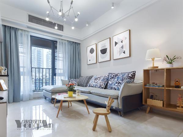 客厅:沙发和窗帘的色彩交相辉映,配上简单的挂画让整个空间亮起来。